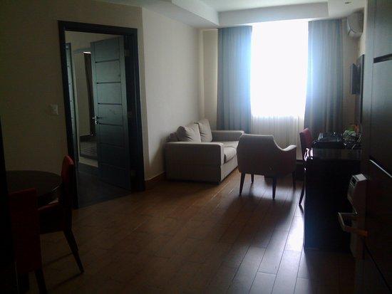 Hotel Principe & Suites: Antesala, con Nevera Ejecutiva, escritorio, Sofa Cama