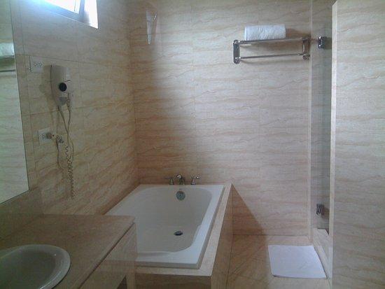 Hotel Principe & Suites: Opción de bañera (tina) y ducha