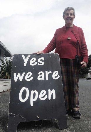Warkworth, Nueva Zelanda: Cafe Sandspit - our favourite sign