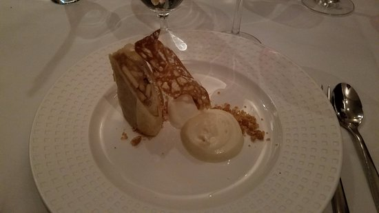 Fairfax, VA: Villa Mozart Apple Strudel - looks great, tastes average