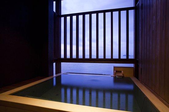 Sumoto, Japón: 「露天風呂付和洋室 波瑠香(はるか)」オープンテラスに備わる露天風呂で、海と空を眺めながら洲本温泉の湯を愉しむ居心地の良い和洋室。