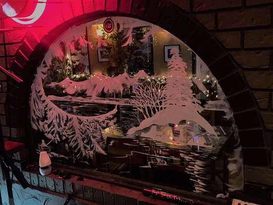 Courtenay, Canadá: Beautiful window snow art of the mountains and Island, Roy's Towne Pub, 4000 Island Hwy | Roysto