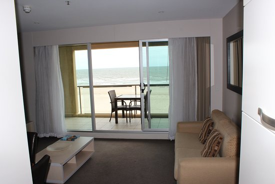 Oaks Plaza Pier Apartment Hotel: Lounge area with sea/beach view