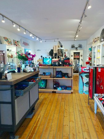 Cobble Hill, Canadá: Main shop with beautiful wood flooring