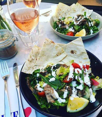 Woollahra, Australië: Slow Cooked Lamb Salad and a Rose to keep us going