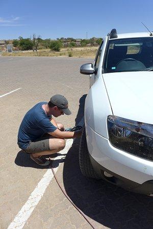 Upington, Sudafrica: Reifendruck anpassen.