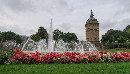Rosengarten Mannheim: A view of the Wassersturm through the fountain