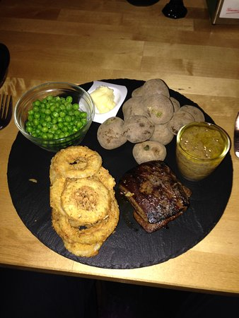 Santiago del Teide, Espagne : Fillet steak, canary potatoes, peas, onion rings, with a home made sauce.