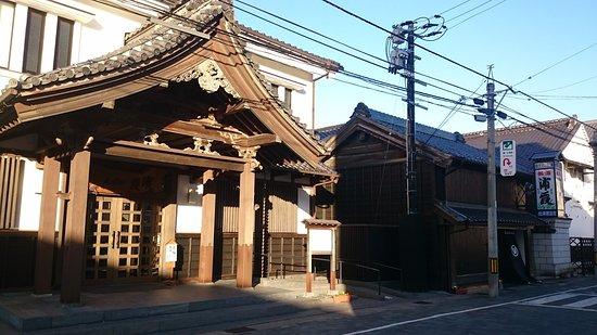 Shiogama, Japan: 右側の小さいほうが店舗