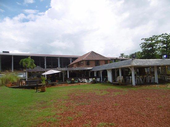 Trois-Ilets, Martinique: petit resto sympa , tout le passage est fait avec des morceaux de brique rouge