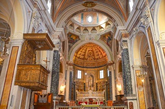 Campi Salentina, Italien: Vista dell'altare e pulpito