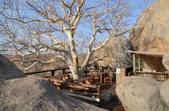 Kamanjab, Namíbia: Uphill bar between the boulders