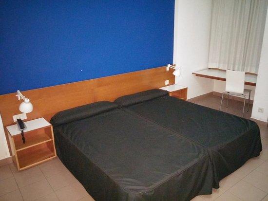 AS Hotel Porta Catalana: Rechts befand sich sogar noch ein drittes Bett.