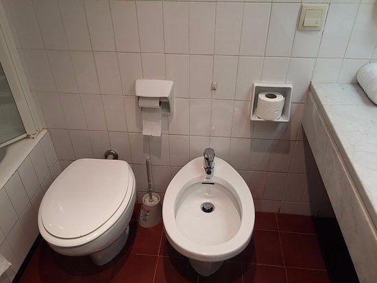 AS Hotel Porta Catalana: Der Knopf rechts oben ist nicht für den Zimmerservice, sondern ...