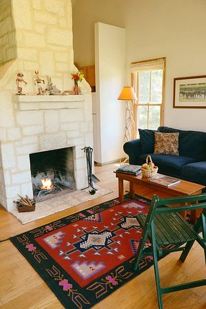 Hill Country Equestrian Lodge: WIndmill Cabin Living Room