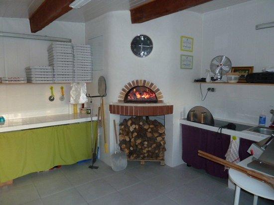 Gemenos, France: pizza traditionnelle cuite au feu de bois ! bon appetit