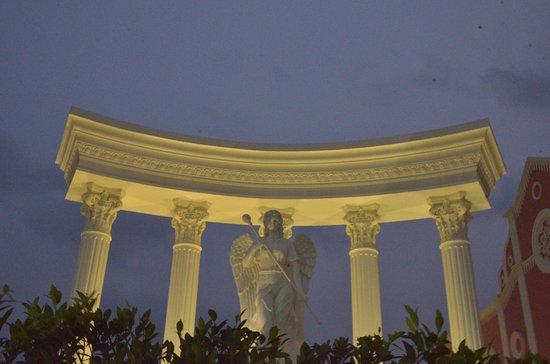Cha-am, Thailand: Torbogen mit Statue