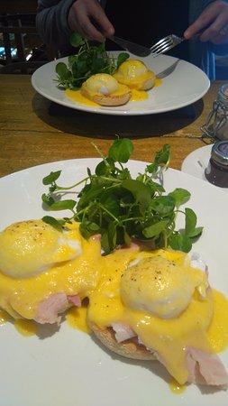 Yealmpton, UK : Breakfast: Ovos beneditinos.