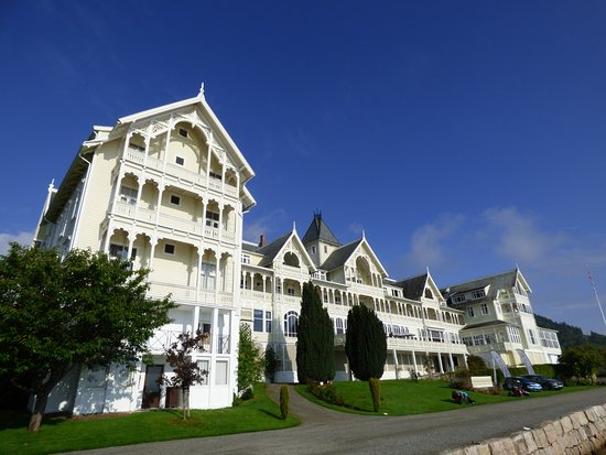 Kviknes Hotel: Aussenansicht vom Fjord aus