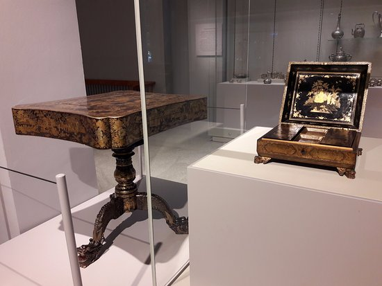 Museum der Asiatischen Zivilisationen: China. 19th Century. Game Table/Box, Wood covered in black lacquer, painted in gold