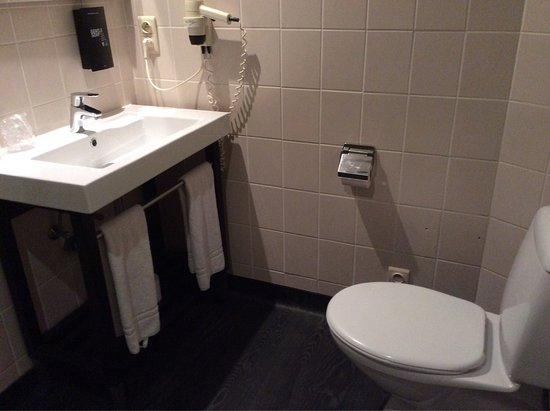Anderlecht, Belgium: ダブルルームベッド&バスルーム
