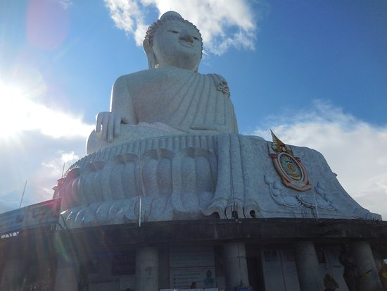 Chalong, Tailandia: Big Buddha with other view of its surroundings..!!!