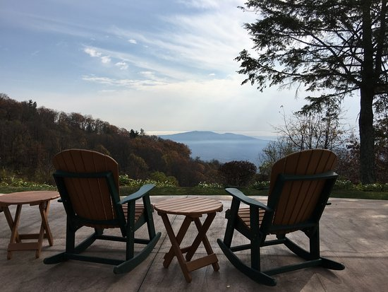 Switzerland Inn: Rocking chairs at the fire pit