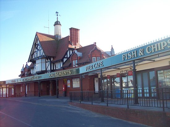 Lytham St Anne's, UK: St Annes Pier which has amusements, beach shop, ice cream shop and cafe.