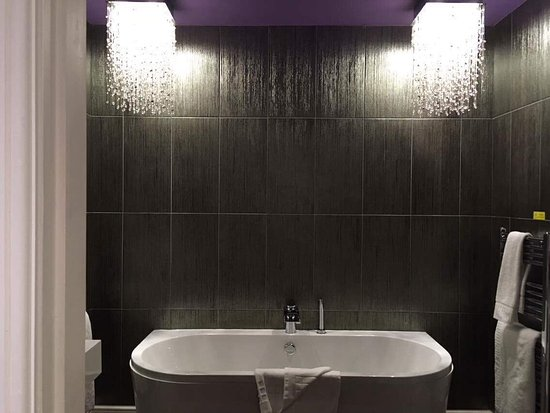 ‪‪Halfway House‬, UK: Tower house bathroom‬
