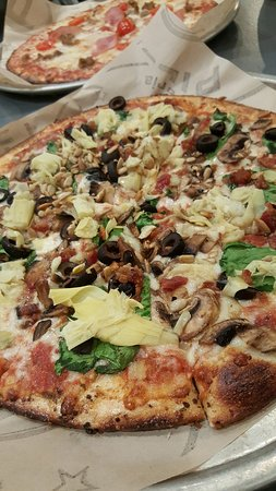 Westminster, Kalifornia: artichoke, spinach, olives, mushroom, bacon, sunflower seeds