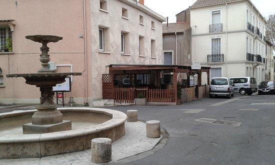 Capestang, France: Restaurant sur la petite place avec fontaine