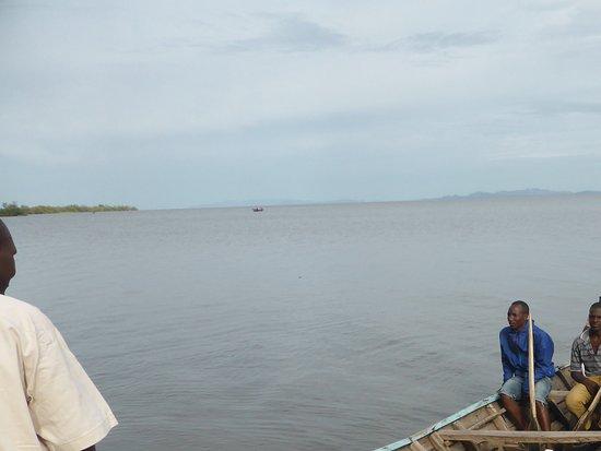 Speke Bay Lodge : Canoe to Fishermans village