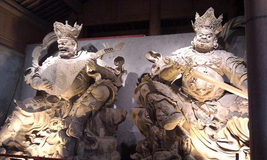 Leshan, Kina: Los dos gigantes que te encuentras en la primera sala.