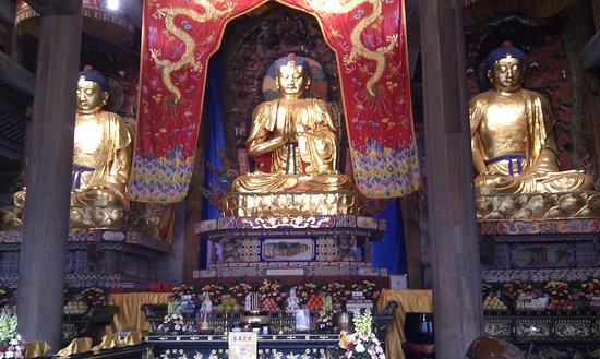 Leshan, Kina: Otra de las salas. A medida avanzas los templos son más grandes y los Budas más ostentosos