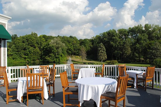 Penfield, NY: Beautiful outdoor dining overlooking the golf course and lake