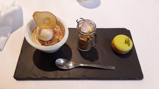 Brie-Comte-Robert, France: Trio de desserts (tarte au coing, mille-feuilles, macaron)