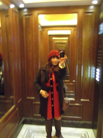 Taiyue Suites Hotel: Elevator with mirror. Need to scan my door key to make the elevator work.