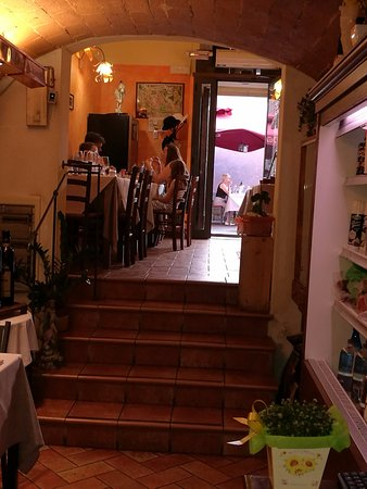 Enolaioteca Da Pina - La taverna della terra di Mezzo: L'entrata.