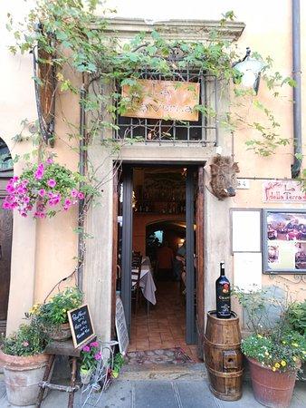 Enolaioteca Da Pina - La taverna della terra di Mezzo: L'ingresso.