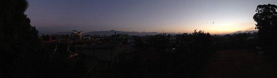 هوتل هيمالايا: Sunrise from hotel grounds