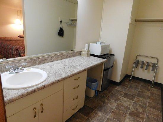 Capri Motel: Wide bathrooms