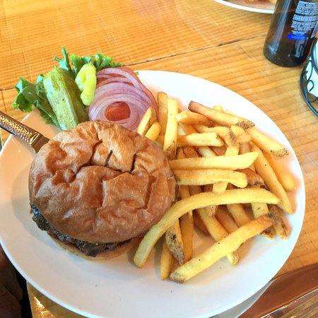 Brooks' Bar & Deck at Edgewood Tahoe: burger