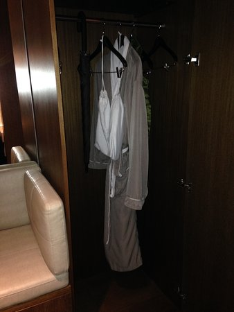 Loden Hotel: Nice bathrobe, slippers and umbrella