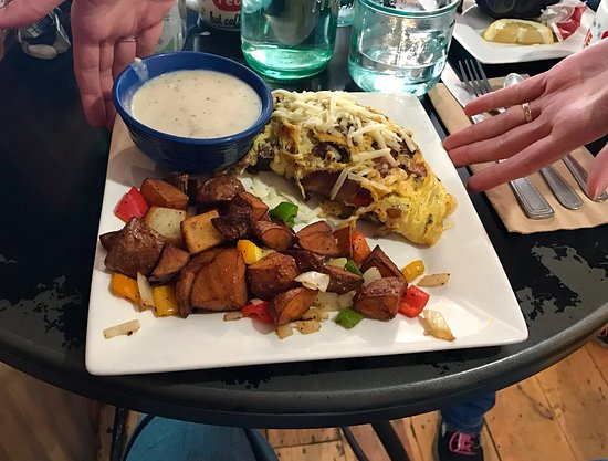 Gallatin Gateway, MT: Country Omelette with Gravy on the side, and crispy Taters and Peppers!