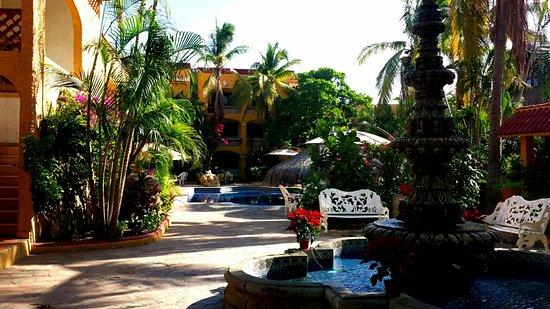 Tropicana Inn: facing hotel rooms and pool