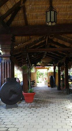 Tropicana Inn: entryway upon getting off shuttle