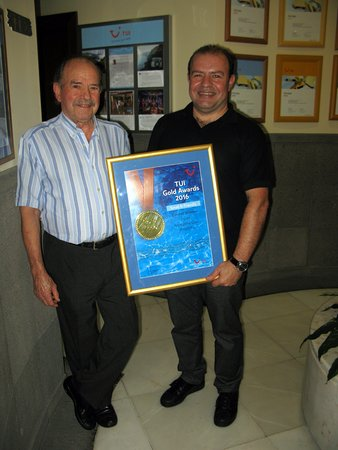 Hotel Albergaria Dias: Mr Dias and his son with one of their many awards