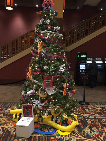 Mulvane, Канзас: Local organizations decked out trees, to represent their causes. Casino patrons voted on best re