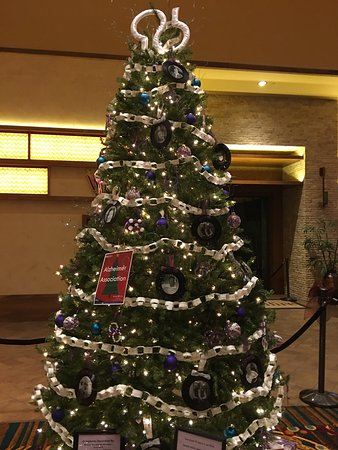 Mulvane, Κάνσας: Local organizations decked out trees, to represent their causes. Casino patrons voted on best re