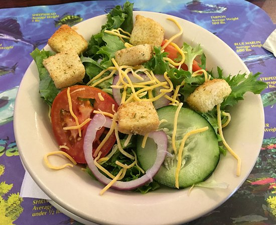 Aransas Pass, TX: Side Salad, very yummy! Served old school with crackers and butter!